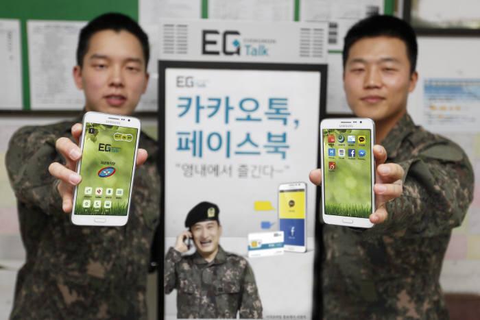 지난 7월부터 시행한 군 장병 휴대폰 대여 서비스가 호응을 받으며 600여 부대에서 시행되고 있다. 강원도 이지톡 설치 부대 마트에서 병사들이 휴대폰을 들고 있다. <전자신문 DB>