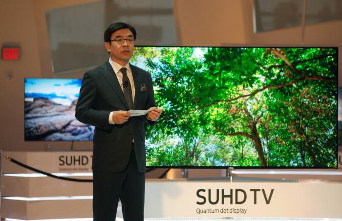 김현석 삼성전자 VD사업부 사장이 CES 2016이 열리는 라스베이거스에서 2016년형 SUHD TV 신제품을 소개하고 있다.