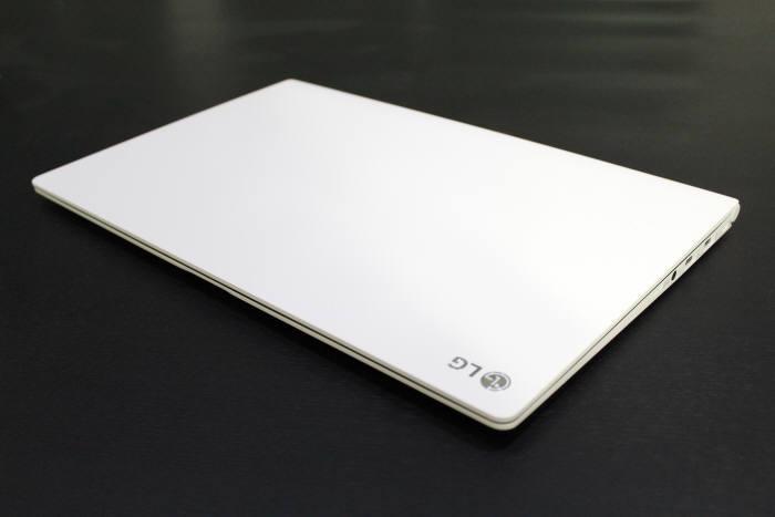 15.6인치 대화면과 980g의 무게를 갖춘 LG전자 그램 15