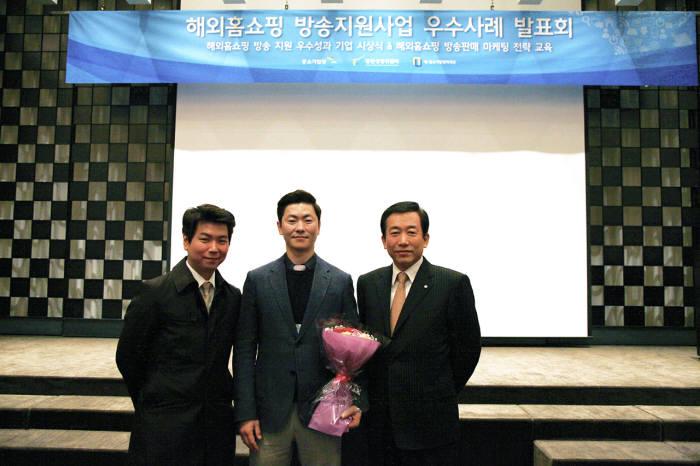 왼쪽부터 정진성 GS홈쇼핑 글로벌SCM팀 대리, 구경식 와이앤에이치 대표, , 김광연 GS홈쇼핑 상무가 기념 촬영했다.