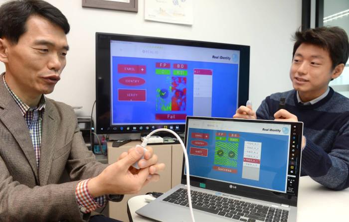 스마트폰 지문인증 결제가 가짜 지문으로 사용 가능한 것으로 나타났다. 이섬규 리얼아이덴티티 대표(왼쪽)와 연구원이 시연하고 있다. 박지호기자 jihopress@etnews.com
