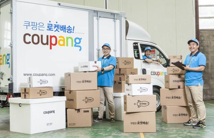 쿠팡 직접배송서비스 `로켓배송`의 전담 인력인 쿠팡맨들이 배송차 앞에서 배송물품을 점검하고 있다.