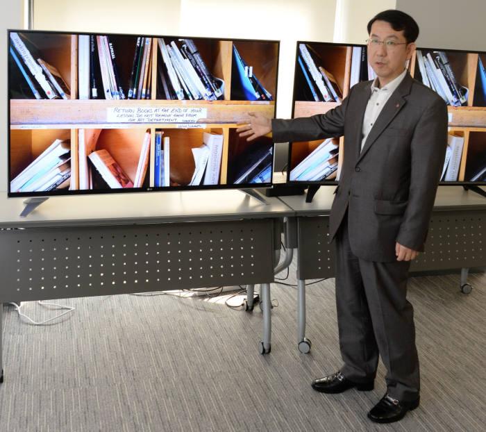 김현진 LG전자 HE사업본부 TV상품기획FD TV시장상품기획1팀 전문위원이서울 여의도동 LG트윈타워에서 RGBW 세부화소가 적용된 M+ 패널을 탑재한 LG 울트라HD TV `UF8400`을 소개하고 있다. <LG전자 제공>