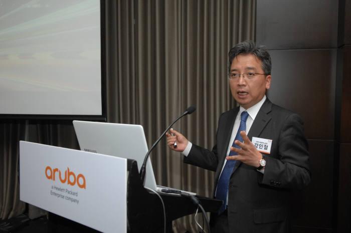 지난 16일 강인철 HPE아루바 네트워킹사업부 상무가 올해 사업 전략을 소개했다. HPE아루바는 이날 화이트박스 제품 `알토라인`과 피카8 등 오픈스위치 협력 상황을 발표했다.