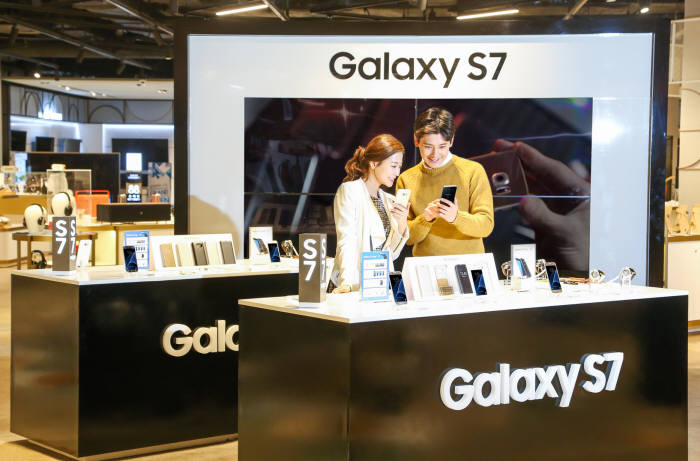 삼성전자는 삼성디지털 프라자, 이동통신 3사 매장, 하이마트 등 전국 2100 매장에 갤럭시S7?7 엣지를 전시하고 사전체험행사를 시작했다.