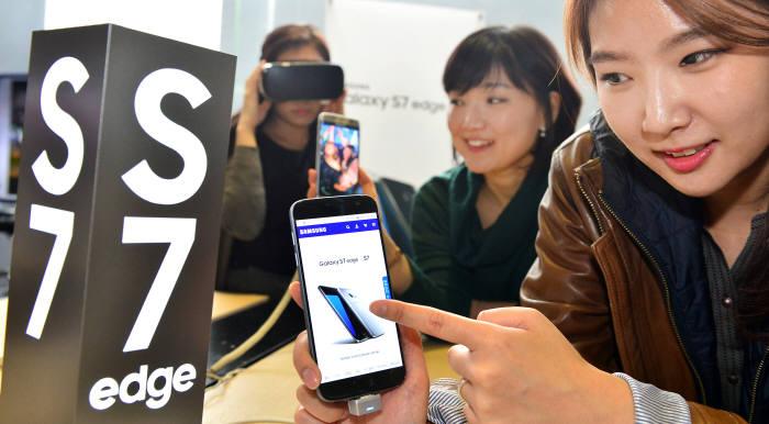 삼성전자가 전국 2100여 곳 매장에서 갤럭시S7·갤럭시S7 엣지 사전체험행사를 시작했다. 서울 광화문 KT스퀘어에 전시된 갤럭시S7과 갤럭시S7 엣지.<br />윤성혁기자 shyoon@etnews.com