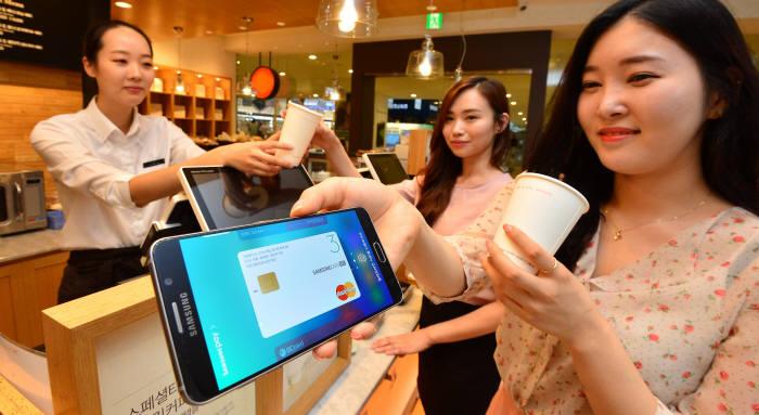서울 서초동 삼성전자빌딩에서 소비자가 갤럭시노트5를 이용, 삼성페이로 결제하고 있다. / 김동욱기자 gphoto@etnews.com