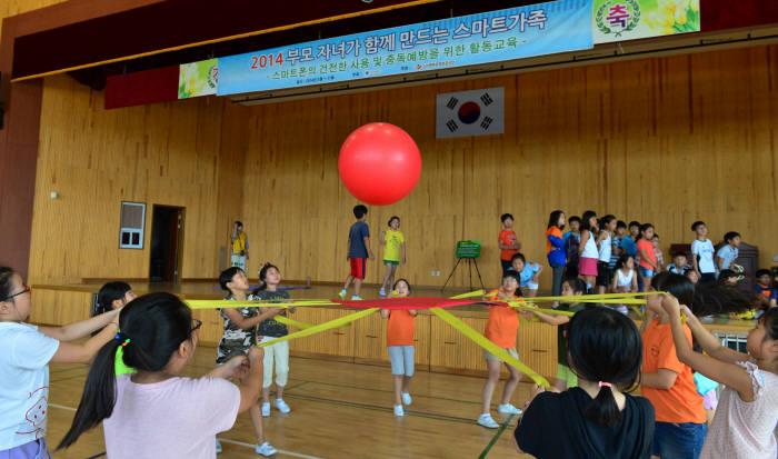 2014년 서울 위례성대로 방이초등학교 학생들이 체육활동을 하며 스마트폰 중독 예방과 건전한 사용법을 배우고 있다.