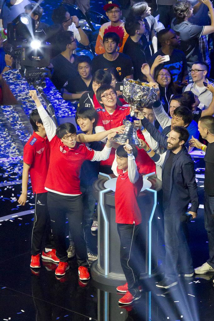 SK텔레콤 T1 선수들이 미국 로스엔젤레스 스테이플스센터에서 열린 2013 롤드컵 결승전에서 최종 우승한 뒤 트로피를 들어올리며 기뻐하고 있다.