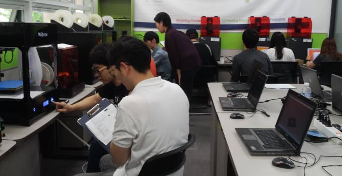 인텔리코리아 3D 프린팅 교육장. 인텔리코리아는 45세 이상 퇴직예정자와 구직자에 3D 프린팅 교육을 실시하고 취업도 연계해주는 프로그램을 시행한다.