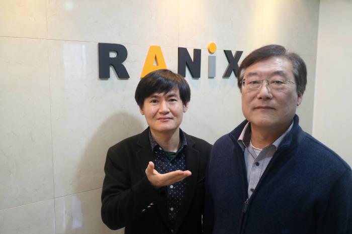 라닉스(대표 최승욱)는 IoT 기기용으로 특화한 보안 칩 `플루토(PLUTO) RS1211`을 개발했다. 개발을 주도한 이병헌 라닉스 연구소장(오른쪽)과 박동원 라닉스 수석연구원이 제품을 소개했다.(사진:박정은 기자)