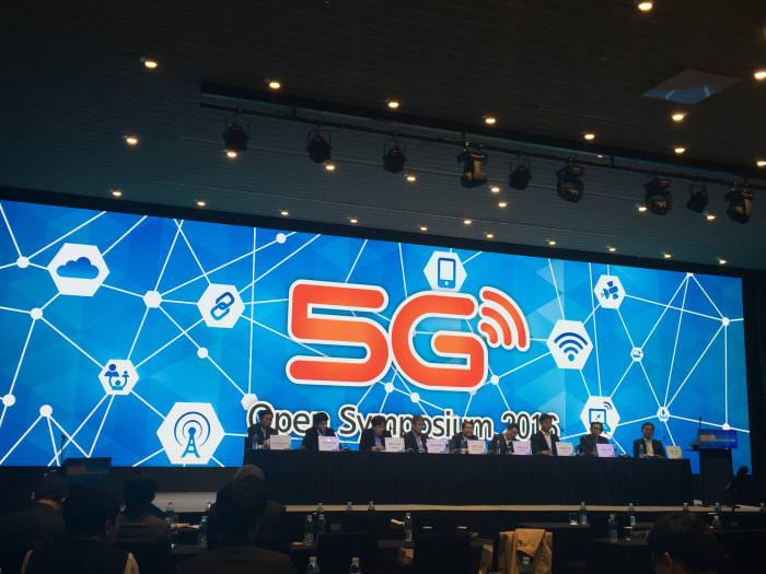 지난 25일 5G포럼 주최로 열린 `5G 오픈 심포지엄`에는 산·학·연·관 전문가가 참여해 5G 시범서비스 준비 현황을 살펴보고 성공적 시연을 위한 요구사항을 논의했다. 평창 동계올림픽이 2년도 채 남지 않았고 5G가 특정 사업자의 전유물이 아닌 만큼 어느 때보다도 협력이 중요한 때라고 강조했다.