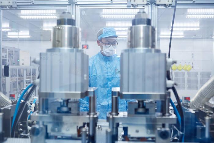 SK이노베이션이 B&I사업 두 축인 분리막, 배터리 생산라인 확대 투자를 집중하고 있다. 서산 배터리공장에서 엔지니어가 배터리 셀을 생산하는 모습.