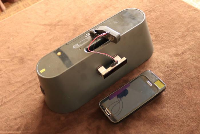 무선충전 리시버가 장착된 스마트폰과 무선 오디오.