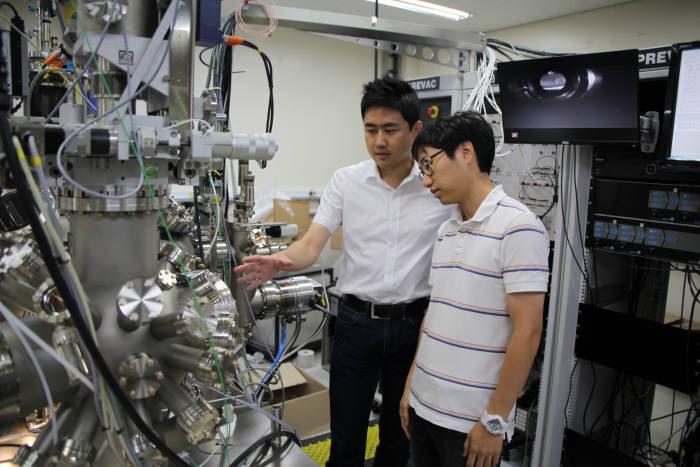 김근수 포스텍 교수(왼쪽)와 김지민 연구원