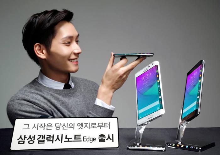 2014년 출시된 삼성 갤럭시노트 엣지. 갤럭시노트 시리즈 중 처음으로 엣지 형태를 지원했다.