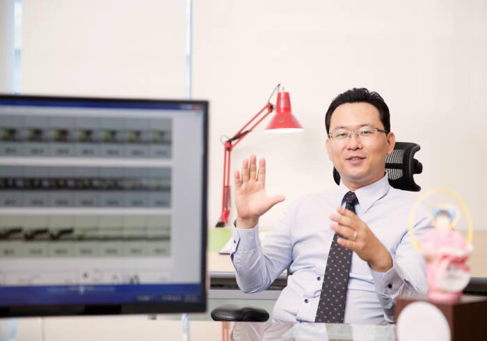 세상에 알려지지 않은 흥미로운 주제를 찾아 연구한다는 김채운 UNIST 교수.