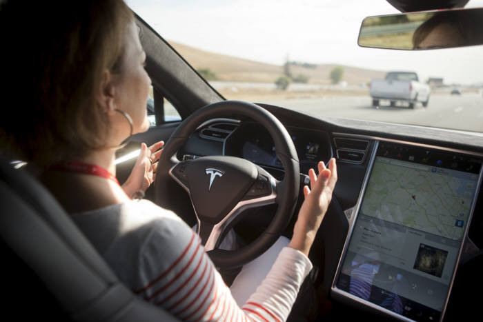 미국 고속도로에서 실제로 작동한 테슬라 모델S `오토파일럿` 기능