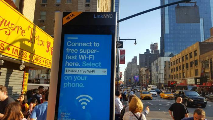 21일 미국 뉴욕 맨해튼 브로드웨이에서 만난 링크NYC 키오스크. `무료 초고속 와이파이에 접속하라`는 문구가 인상적이다. 구글이 실질적으로 주도하는 시티브리지 컨소시엄이 시도하는 링크NYC 프로젝트는 뉴욕 전역에 7500여개 키오스크를 설치해 누구나 기가급 무료 와이파이를 쓸 수 있도록 하겠다는 것이다.