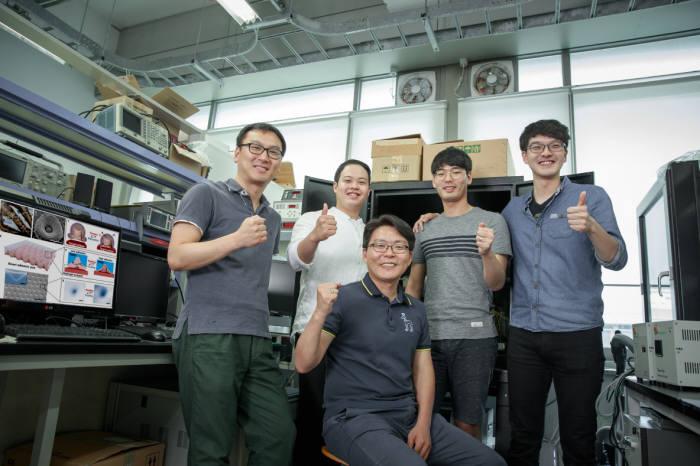 스마트 접착 패드를 개발한 고현협 교수(앞줄 앉은 이)와 연구팀(뒷줄 왼쪽부터 엄두승, 이호찬, 임성동, 이영수 연구원)