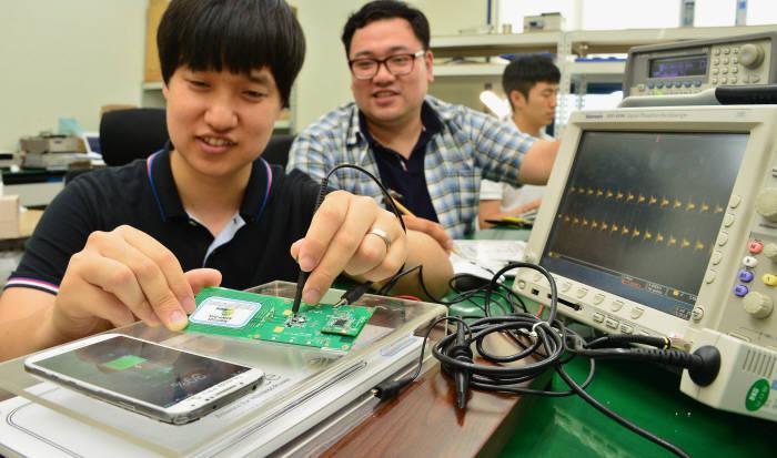 무선기기 간 전력 교환시대, 무선충전 송·수신부 통합 `콤보 칩` 개발