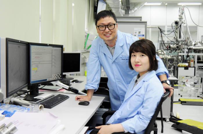 기초과학지원연구원에 근무하는 이현욱 선임연구원과 안하림 연구원(앞쪽)이 실험실에서 기념촬영했다.