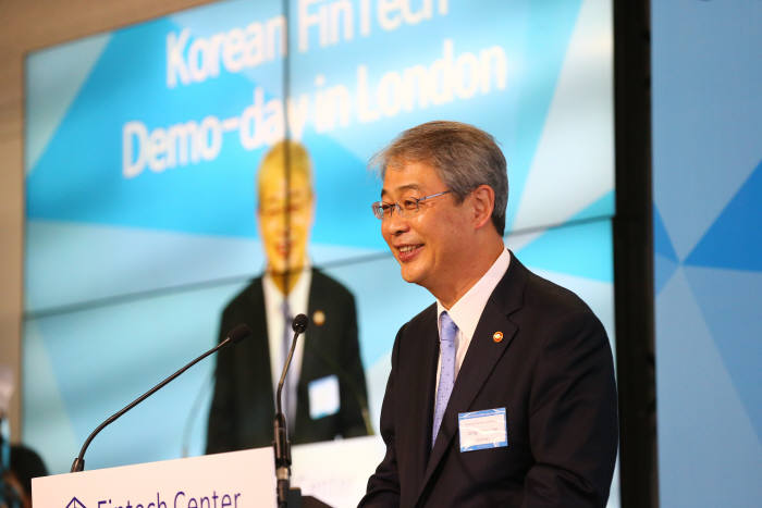 임종룡 금융위원장은 영국 런던 레벨39에서 열린 `핀테크 데모데이 인 런던`에 참석해 축사했다.