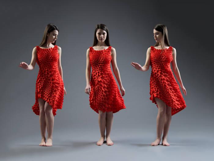 한 여성이 너브스 시스템이 4D프린팅으로 만들어낸 드레스를 입고 있다.