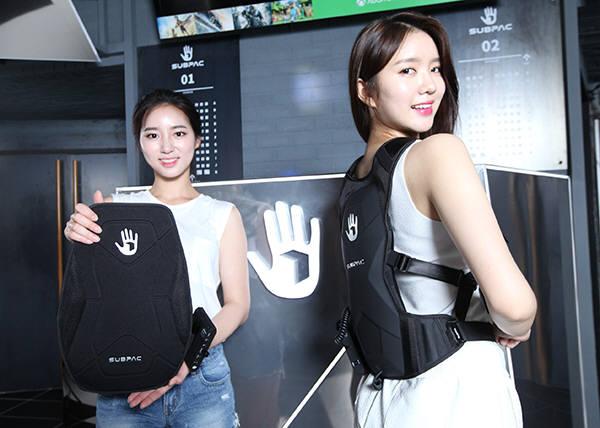 미스코리아 김정진(왼쪽)씨와 김예린씨가 서브팩을 소개하고 있다.