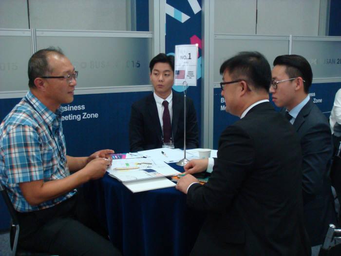 2015 IT엑스포 부산 비즈니스 상담장에서 참가기업 대표와 동남아 바이어가 거래를 협의하고 있다.