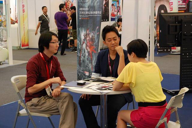 중국 최대 게임전시회 2012에서 중국 바이어와 상담 중인 한국 게임사 관계자.