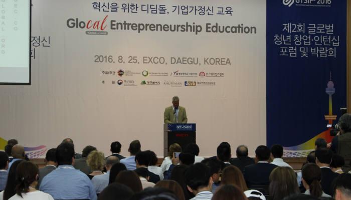 조나단 오트만스 글로벌 기업가정신 네트워크 회장이 글로벌 기업가정신 전문가총회에서 인사말을 하는 모습.