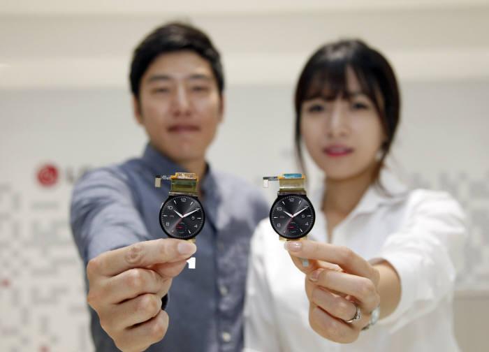 LG디스플레이는 지난 2014년 세계 최초로 원형 플렉시블 OLED 양산을 시작했다. (사진=LG디스플레이)