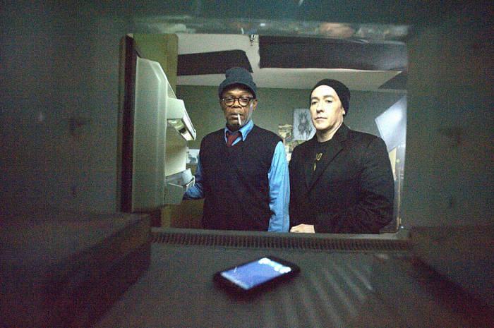 스티븐 킹 소설을 영화로 만든 `셀:인류 최후의 날`에서도 불특정 다수를 좀비로 만든 건 바로 정체를 알 수 없는 휴대폰 전파다.