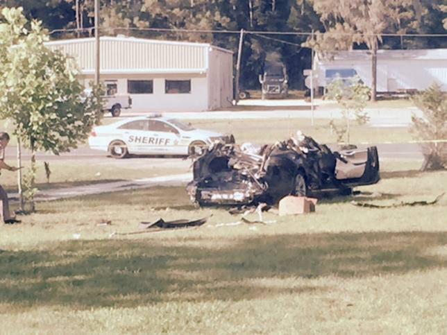 지난 5월 일어난 테슬라 모델S 충돌후 모습. 지붕 윗 부분이 없어졌다. 미국 연방 정부는 당시 운전자의 과속 때문에 사고가 난 것으로 1차 조사보고서를 발표했다.