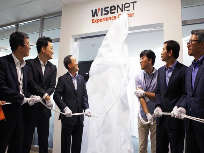 한화테크윈은 8월 초 보안 업계 최초로 브랜드 체험관을 열었다. 김철교 한화테크윈 시큐리티 부문 사장(왼쪽 세번째)을 비롯한 참석자들이 체험관 개막식을 갖고 있는 모습(제공: 한화테크윈).