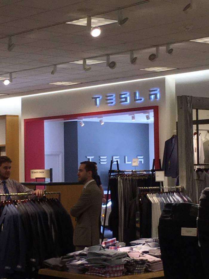 테슬라는 미국 고급 백화점 체인 노드스트롬과 손잡고 매장을 넓혀 나갈 예정이다. 미국 로스앤젤레스 글로브몰 노드스트롬내 테슬라 매장.