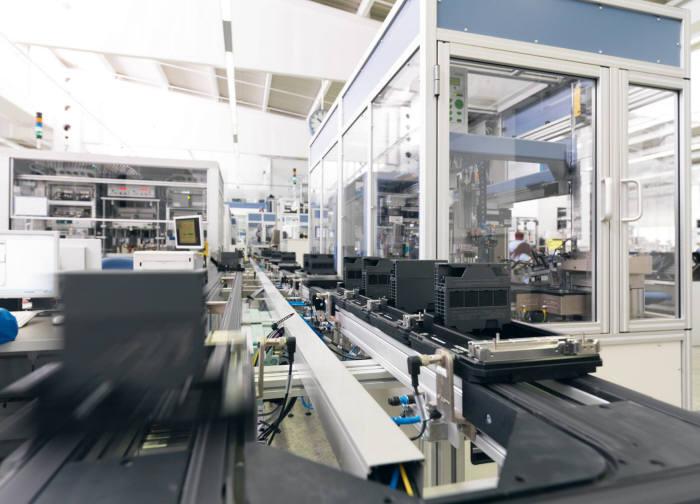 지멘스 암벡공장에서 자동화설비가 제품을 생산하고 있다.