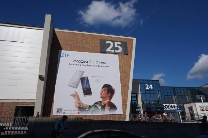 중국 스마트폰 제조기업 ZTE 엑손 7미니 광고 현수막이 IFA 2016 전시장 외벽에 크게 걸려있다. /사진=박소라 기자