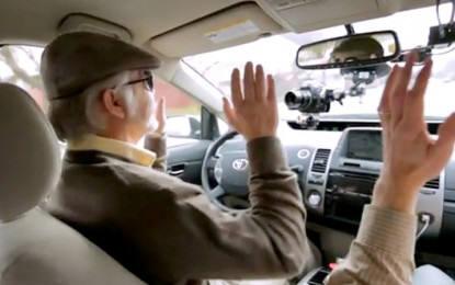 일본 한 소비자가 무인운전차를 시험하고 있다.