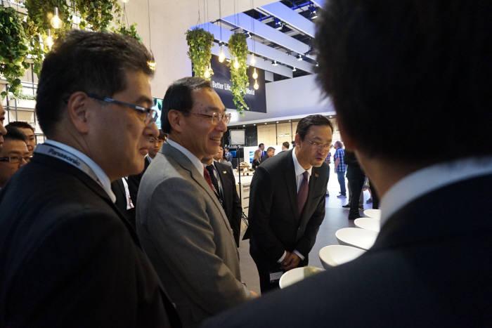 쓰가 가즈히로 파나소닉 사장이 파나소닉 부스를 둘러보고 있다. /사진=박소라 기자