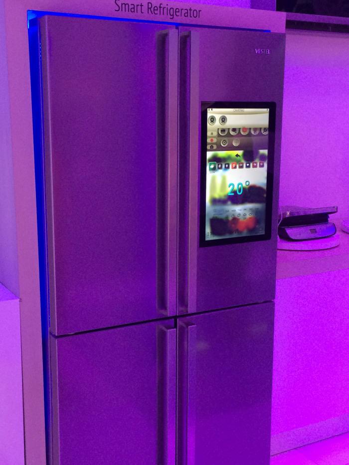터키 베스텔은 패밀리허브와 유사한 디스플레이 장착 냉장고를 선보였다.
