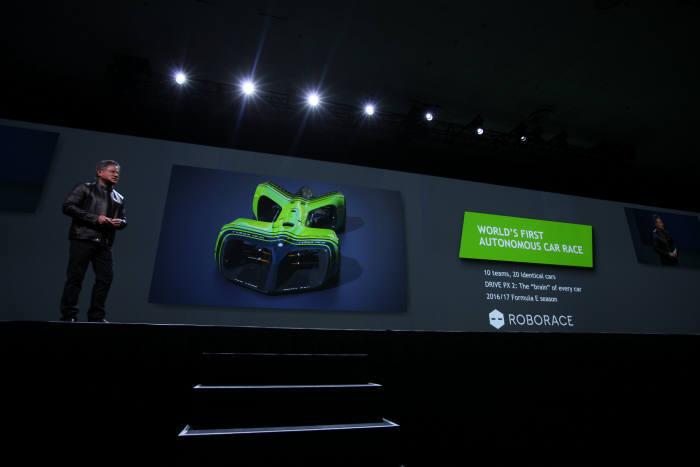 세계적 권위의 자동차 디자이너 다니엘 사이먼이 설계한 레이싱용 자율주행차. 엔비디아으 GPU가 사용된다.