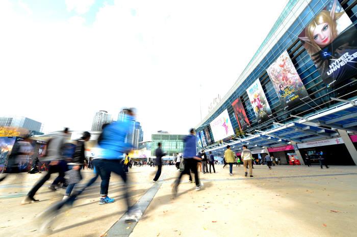 2015년 11월 부산광역시 백스코에서 열린 게임전시회 지스타 행사장에서 개막과 함께 입장권을 구매한 관람객들이 전시장으로 뛰어가고 있다.