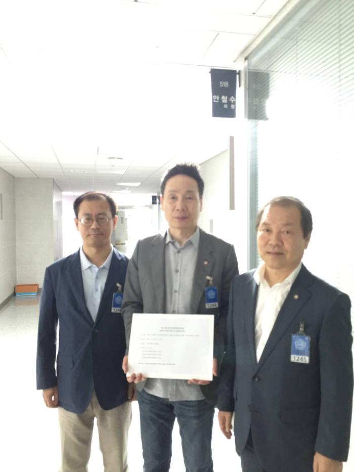 안철수 의원실을 방문한 3개 창조경제혁신센터장들. 왼쪽부터 차례로 박인수(인천), 김선일(대구), 김진한(경북) 창조경제혁신센터장.