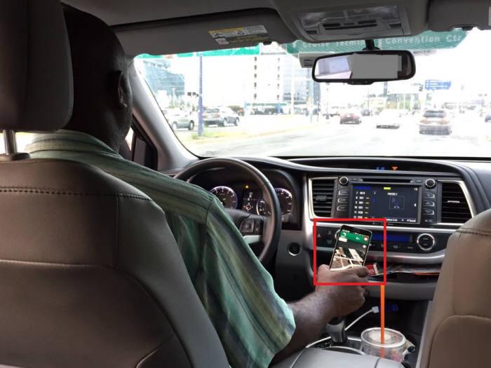 우버풀 운전자인 다니엘 페르난데즈씨는 운전 중 손에서 스마트폰을 놓지 않았다. 스마트폰에 표시된 구글 지도를 따라 목적지까지 이동했다. 그는 4년 전부터 택시 대신 우버 기사로 직업을 바꿨다. 원하시는 시간, 하고싶은 만큼 일할 수 있다는 점을 우버 기사 강점으로 꼽았다.