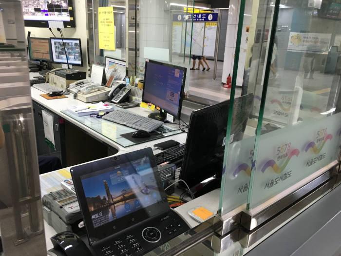8호선 잠실역 i센터에 설치된 청각장애인용 영상전화기 모습
