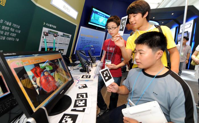 2009년 `제2회 대한민국 콘텐츠페어`에서 관람객들이 전시장을 둘러보고 있다.