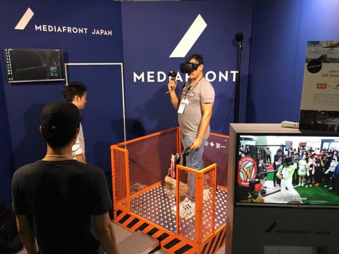 미디어프론트가 도쿄게임쇼에서 선보인 4D VR체험기기 `VR고공탈출`.