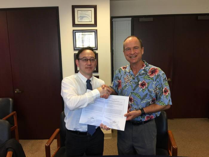김동성 금오공대 kit융합기술원장(왼쪽)과 패트릭 설리반 오션아이티 회장이 업무협약을 맺은뒤 기념촬영하고 있다.